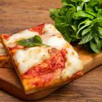 la Pizza, uno dei nostri prodotti più famosi e di qualità, realizzata con un impasto leggero, e farine miscelate.